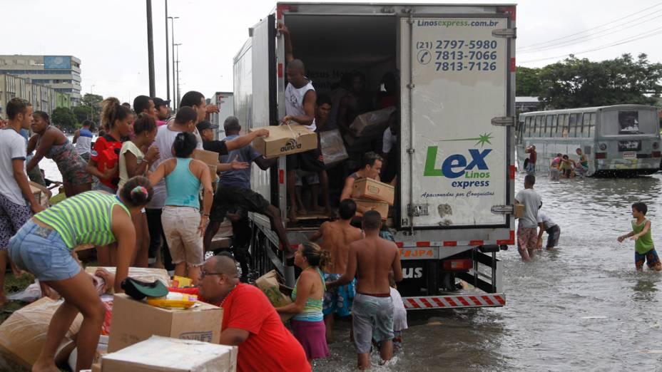 Caminhão é saqueado durante enchente em Irajá, no Rio de Janeiro