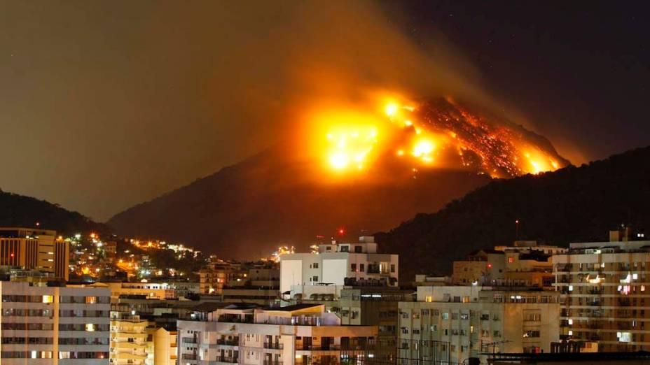 No último domingo, um incêndio tomou conta do Morro dos Cabritos, no Rio de Janeiro