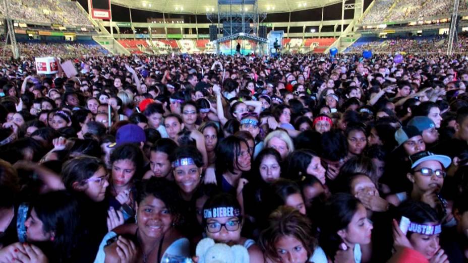 Fãs, no estádio do Engenhão, aguardam o início do show de Justin Bieber, no Rio de Janeiro