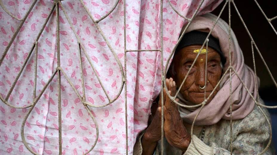 Mulher observa ritual religioso perto do Templo Rato Machhendranath, no Nepal