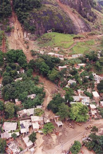 Deslizamento na favela Sítio do Pai João, em Itanhangá, na zona oeste, em 1996.