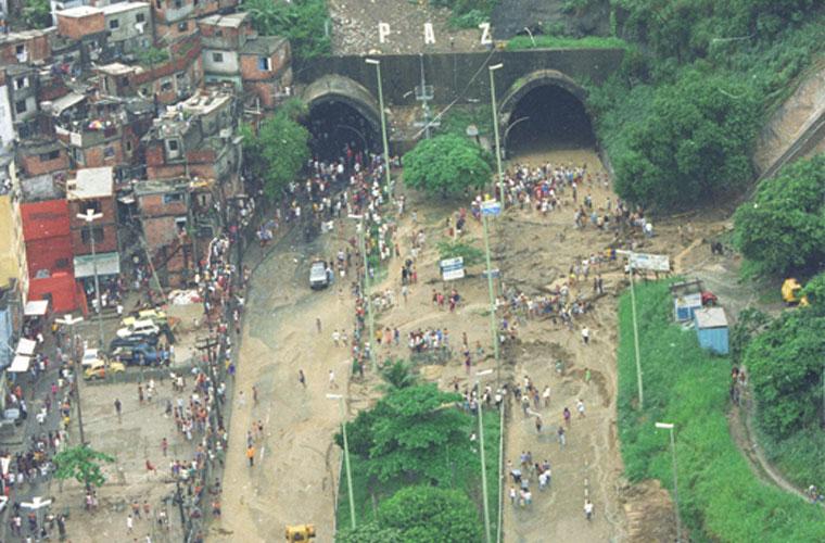 A forte chuva interditou o túnel dos Dois Irmãos, também em 1996.