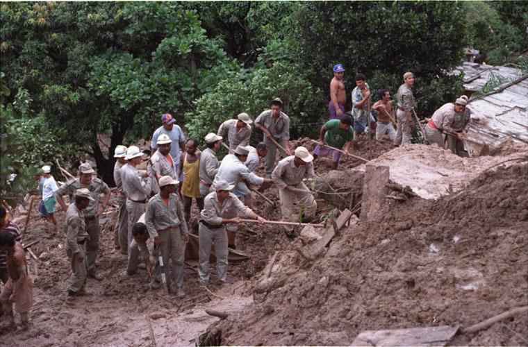 Bombeiros trabalham no resgate de vítimas do deslizamento no Morro do Vidigal, em 1996.