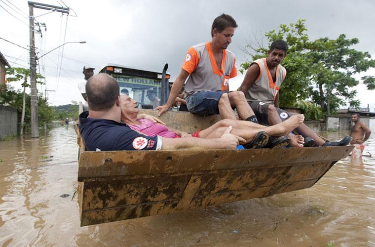 O temporal que atingiu a Baixada Fluminense deixou mais de 400 pessoas desabrigadas.