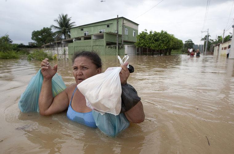 Moradora de Belford Roxo, na Baixada, tenta chegar em casa.