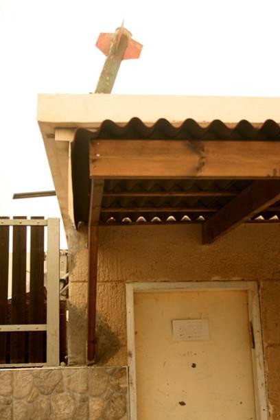 Rojão construído em Gaza é exibido em telhado na cidade israelense de Sderot