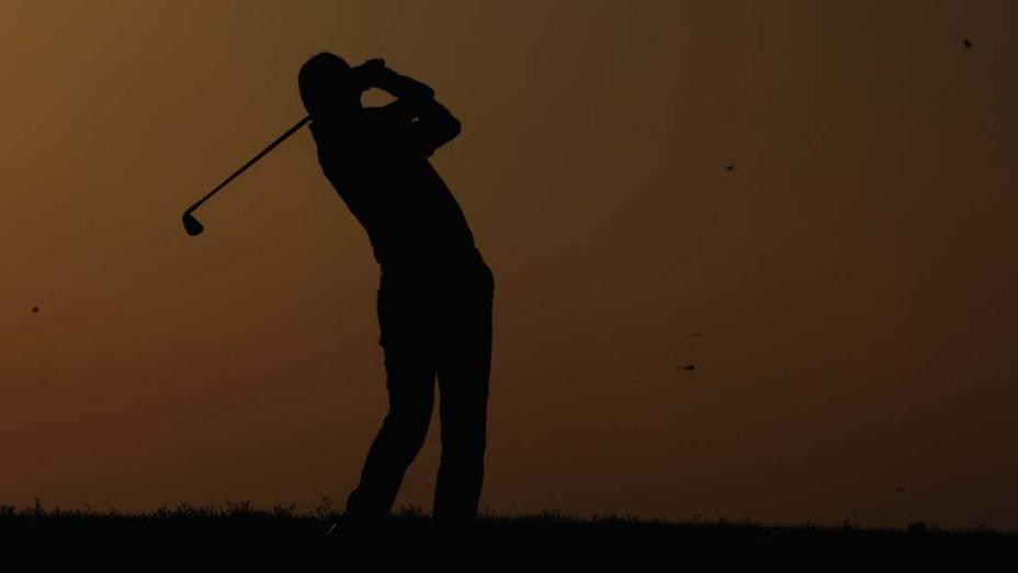 O holandês Robert-Jan Derksen participa da segunda rodada do campeonato de golfe Avantha Masters em Nova Délhi, na Índia