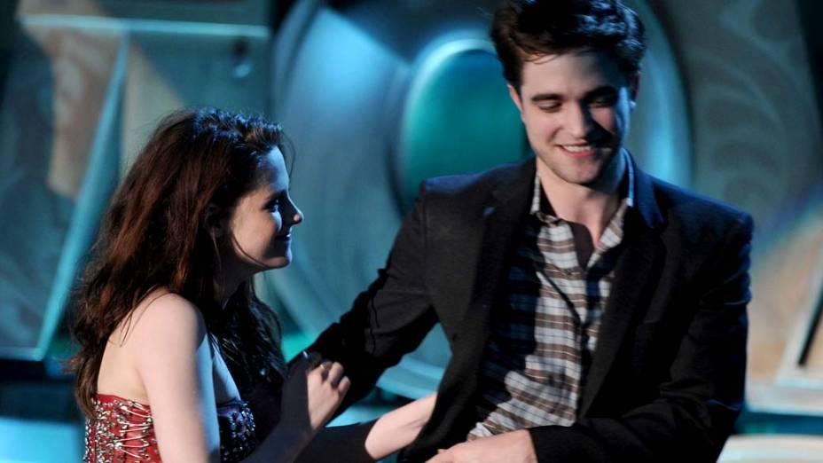 Kristen Stewart e Robert Pattinson durante o MTV Movie Awards 2011, na Califórnia