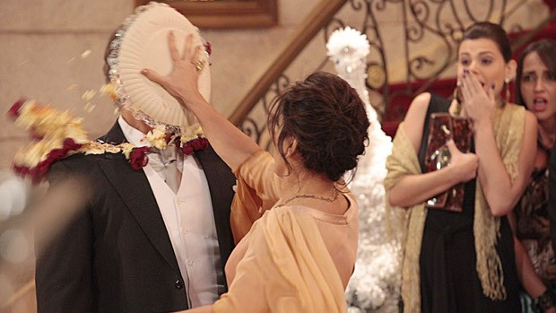 Roberta (Gloria Pires) joga torta na cara de Felipe (Edson Celulari), seu inimigo em Guerra dos Sexos