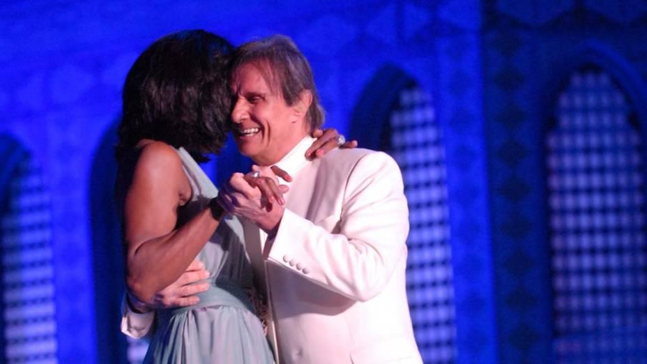 Roberto Carlos e Glória Maria durante o show em Jerusalém