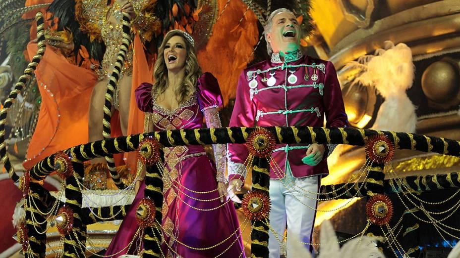 Roberto Justus e Ticiane Pinheiro desfilando na Escola de Samba Rosas de Ouro, no Anhembi
