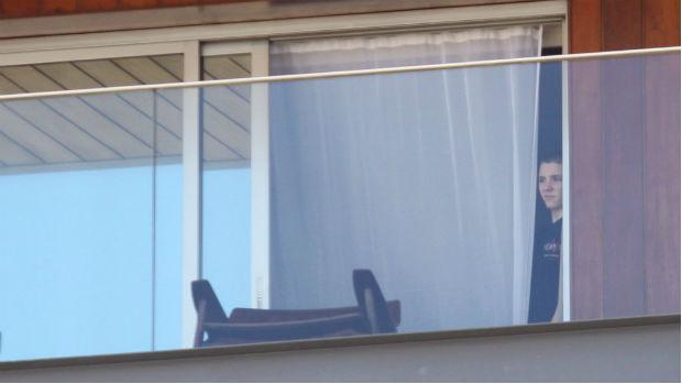 O filho de Madonna, Rocco, se esconde atrás de cortina na varanda do hotel Fasano, no Rio de Janeiro