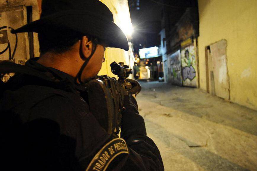 Policial do BOPE durante a ocupação da favela da Rocinha, no Rio de Janeiro