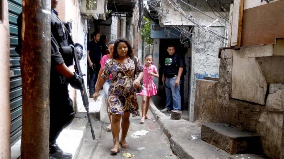 Moradores da Rocinha durante a ocupação da favela neste domingo