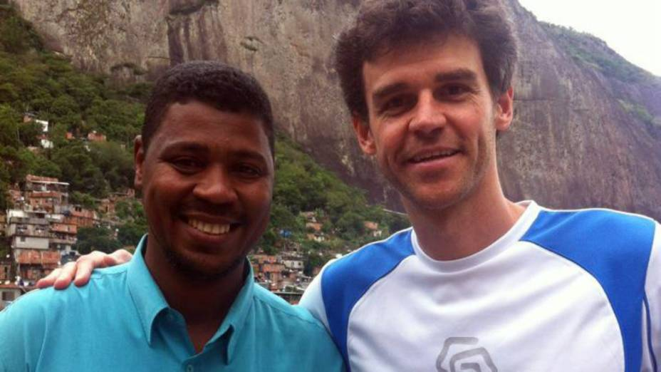 William da Rocinha e Gustavo Kuerten, em uma visita à favela depois da ocupação policial