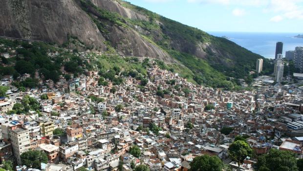 Vista da Favela da Rocinha, com o mar de São Conrado ao fundo