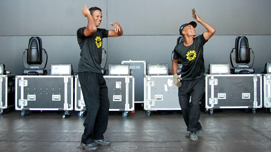Rodrigo e Maicon atuam na montagem e vão trabalhar durante os shows, na mudança de palcos: funk no Palco Mundo, para amenizar o trabalho