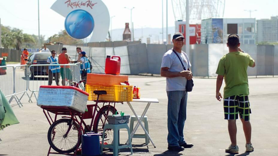 Pausa para o lanche na Cidae do Rock: técnicos e operários trabalham a todo vapor para concluir as instalações do festival