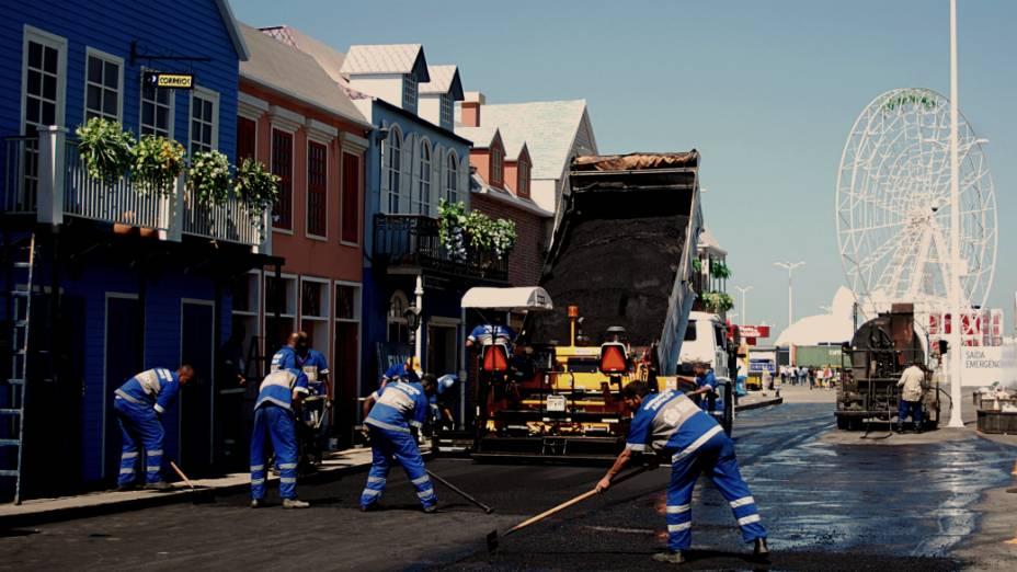 Operários retocam a pavimentação da Rock Street, na Cidade do Rock