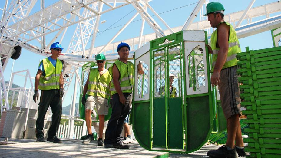 A montagem da roda gigante na Cidade do Rock