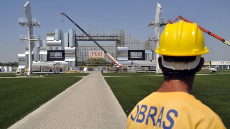 Em obras: sob sol forte, operários montam as estruturas da Cidade do Rock, nesta terça-feira