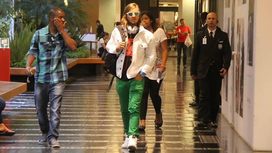 O DJ David Guetta passeia no shopping Fashion Mall