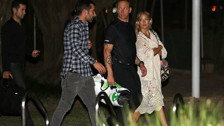 Kate Hudson com o marido Matthew Bellamy, da banda Muse, no heliponto da Lagoa Rodrigo de Freitas