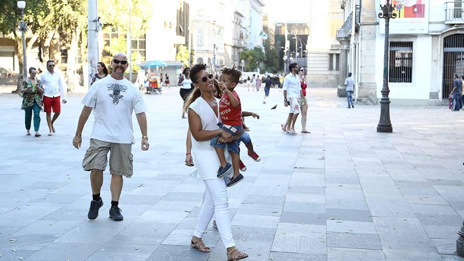 Alicia Keys com a família na roda de capoeira no Centro do Rio