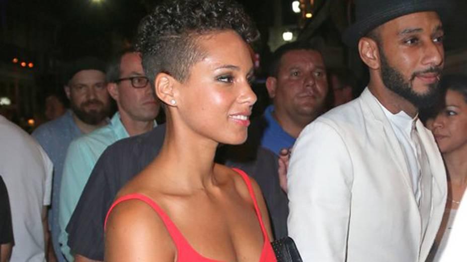 Alicia chega ao lado do marido, o rapper Swizz Beatz, em uma balada na Lapa