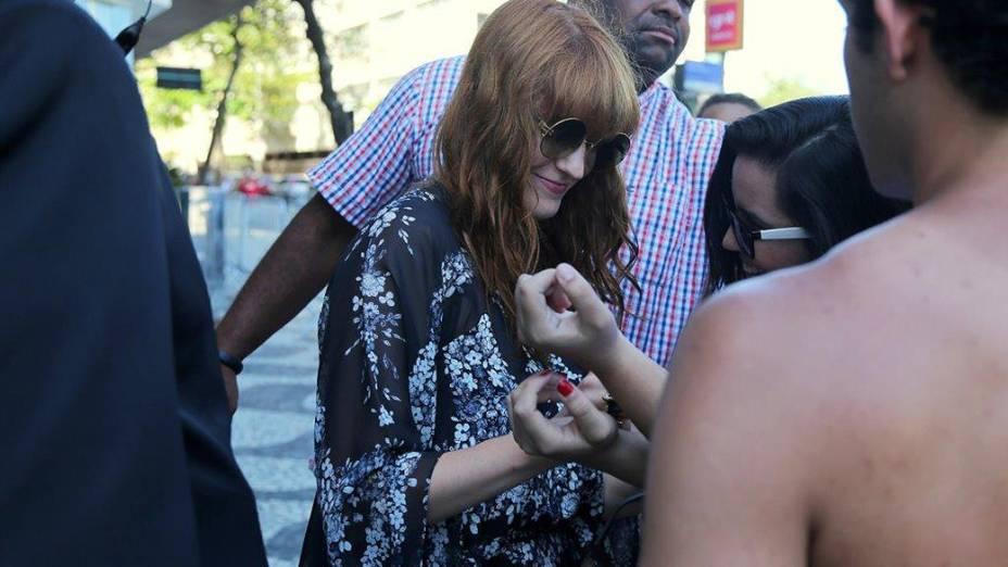 Florence Welch encontra fãs a caminho do Cristo Redentor
