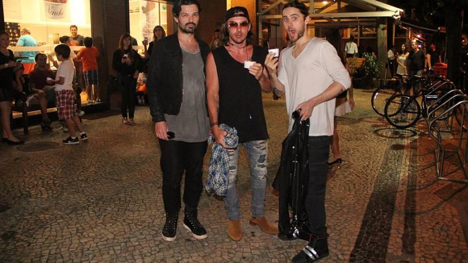 O cantor Jared Leto e parte da banda 30 Seconds to Mars curtem noite carioca