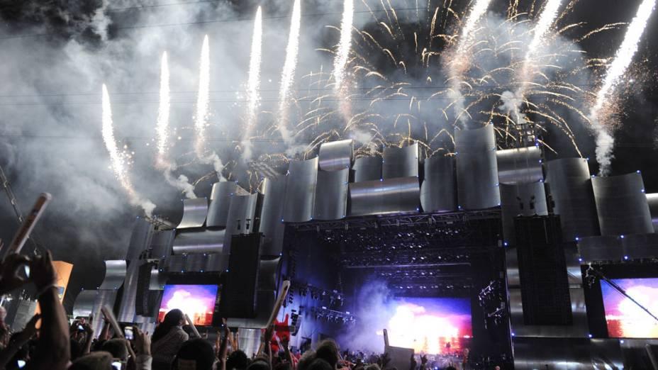 No palco Mundo, fogos de artifício anunciam a abertura oficial da quarta edição do Rock in Rio, em 23/09/2011