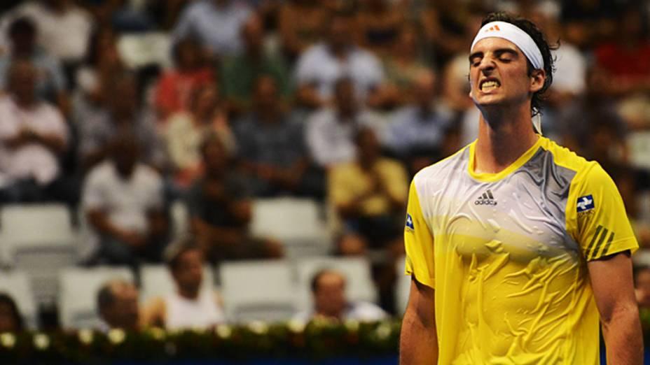 Thomaz Bellucci vence Roger Federer, no ginásio do Ibirapuera, em São Paulo