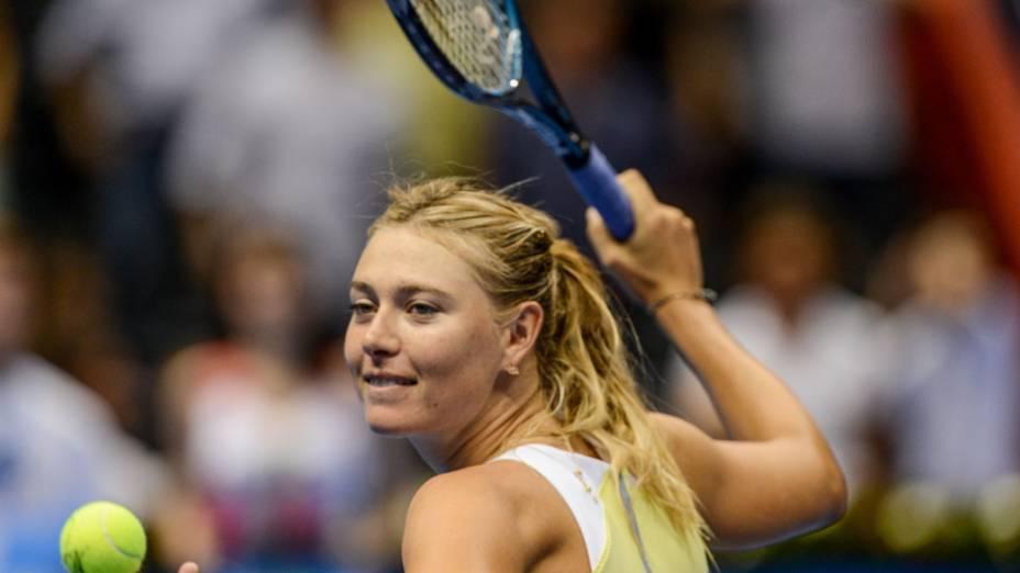 Maria Sharapova distribui bolinhas ao público nesta sexta (07/11), no Gillette Federer Tour