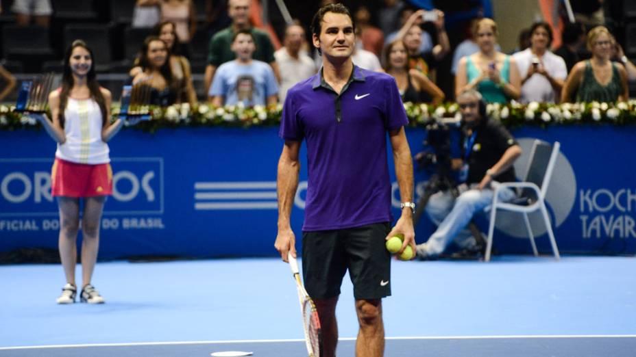Roger Federer distribui bolinhas ao público presente no ginásio do Ibirapuera, em São Paulo