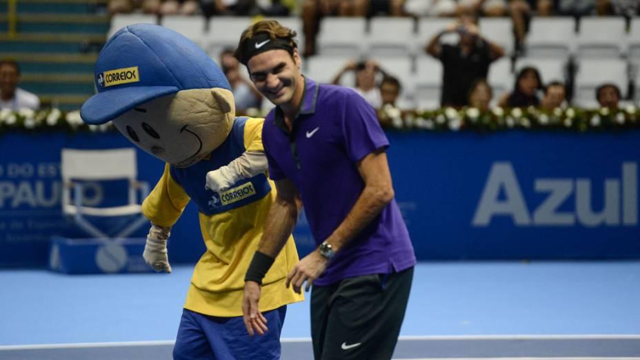 Roger Federer dança com mascote durante a partida contra Jo-Wilfried Tsonga