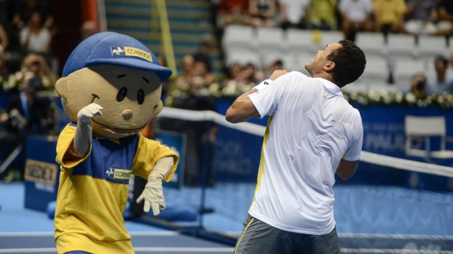 Jo-Wilfried Tsongadança com mascote durante a partida contraRoger Federer