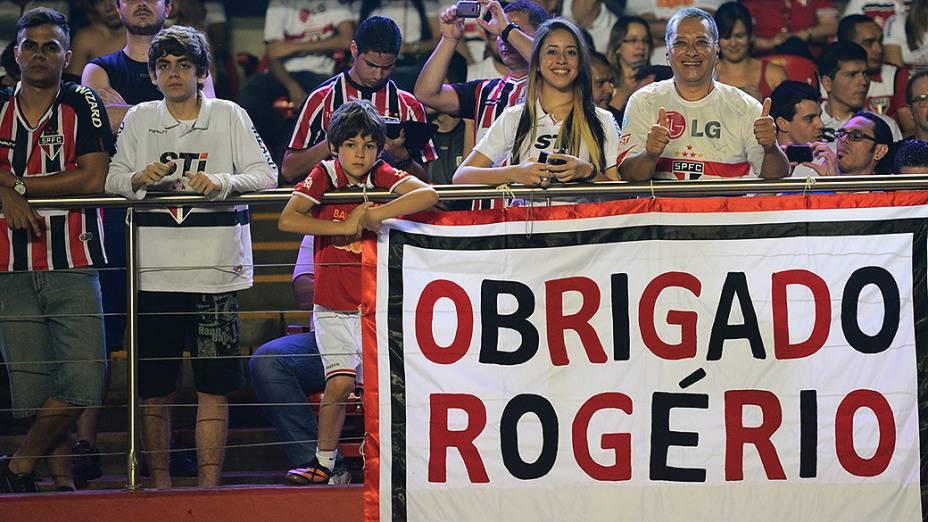 Torcida homenageia o goleiro de 40anos, que igualou recorde de Pelé pelo Santos, emnúmero de atuações pelo mesmo clube, 1116 jogos em 23 anos de São Paulo