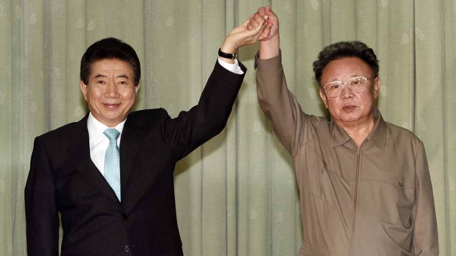 Presidente sul-coreano Roh Moo-Hyun e o ditador norte-coreano Kim Jong-Il depois de assinar a declaração de paz em Pyongyang, Coreia do Norte, outubro de 2007