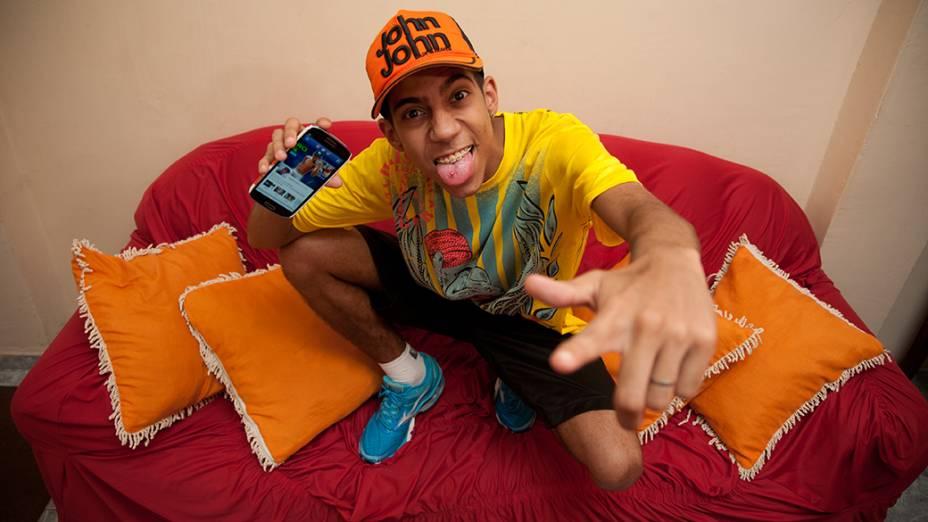"""Retrato do """"famosinho"""" Evandro Farias de Almeida, 20, na sala de sua casa em São Miguel Paulista. Evandro reúne fãs de sua página no facebook em """"rolezinhos"""" nos shopping center da zona leste de São Paulo"""