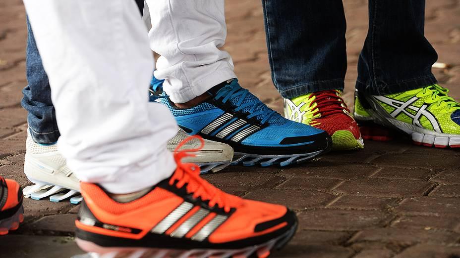 Tênis coloridos da marca Adidas faz parte do uniforme