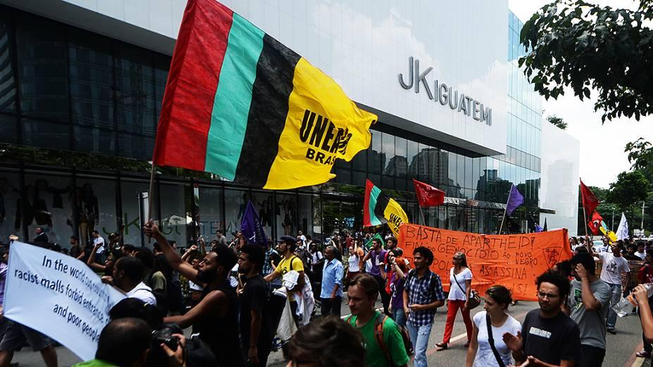 Manifestantes protestam em frente ao shopping JK, em São Paulo