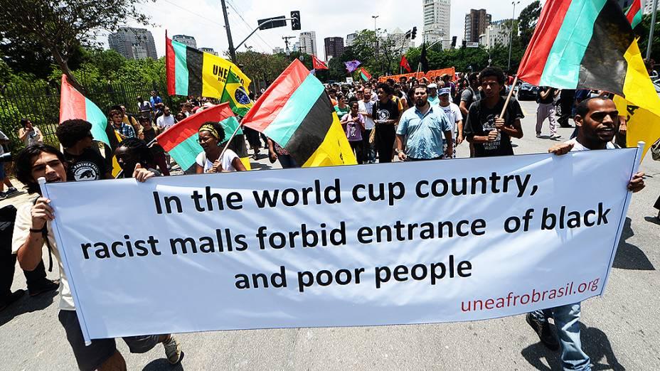 Manifestantes protestam em frente ao shopping JK, em São Paulo, em prol do rolezinho