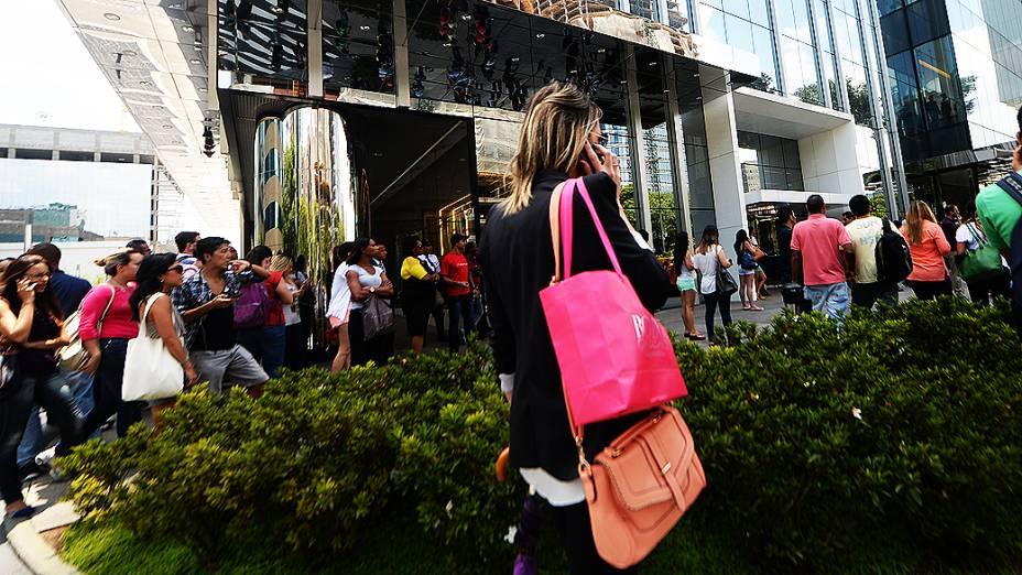 Manifestantes protestam em frente ao shopping JK, em São Paulo a favor do rolezinho