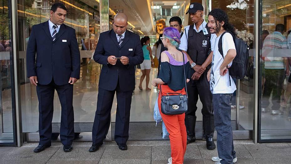 Usuarios do Facebook marcaram o Rolezinhono Shopping JK Iguatemi na tarde do sábado (11). O shopping JK que é frequentado por pessoas de classe média alta reforçou a segurança na entrada