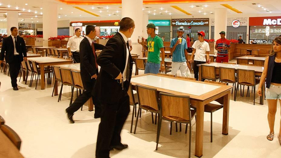 Seguranças abordam jovens que entraram cantando funk, na praça de alimentação do Shopping Internacional de Guarulhos, em Guarulhos (SP). O econtro dos jovens foi marcado por rede social e terminou em tumulto