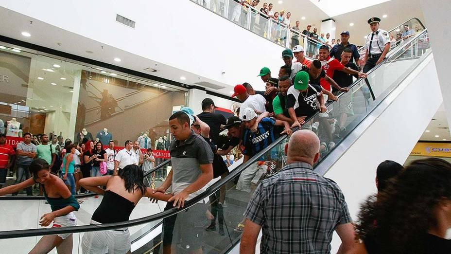 Rolezinho organizado por jovens pelo Facebook no shopping Itaquera