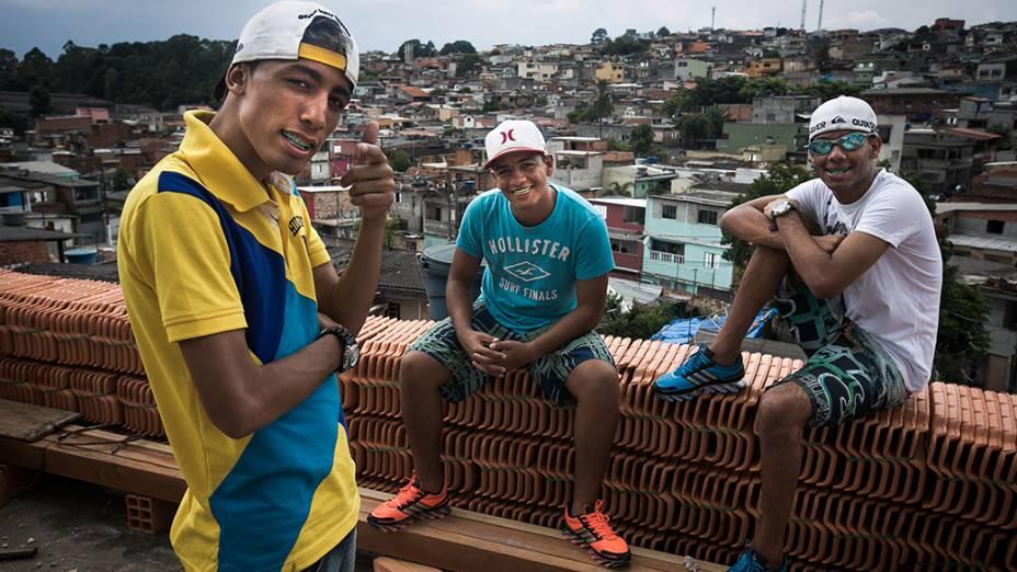 Fotos dos jovens Vinicius Andrade, 17 (camiseta amarela), Deivid Santana, 18 (camisetaazul) e Fernando de Souza (boné branco)