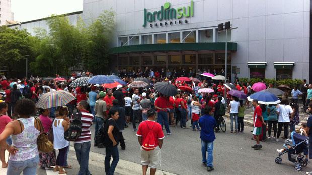 MTST protesta em frente ao Shopping Jardim Sul