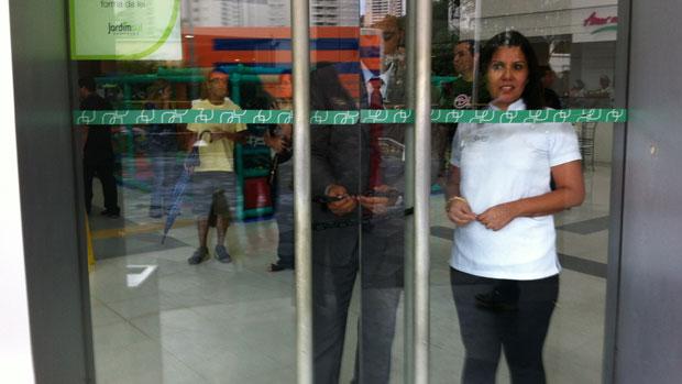 """Seguranças fecham as portas do shopping Jardim Sul para evitar """"rolezinho"""""""